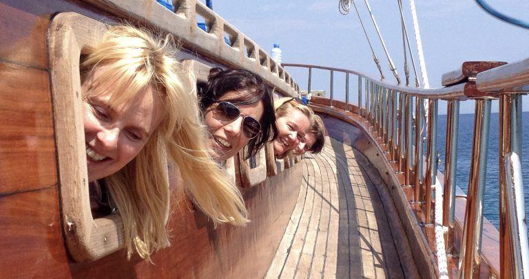 Damen haben Spaß an Bord