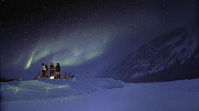 Gruppe genießt die Nordlichter