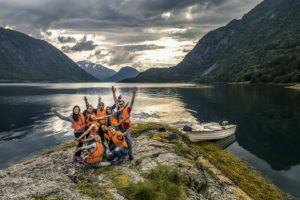 Gruppe an einem See in Norwegen